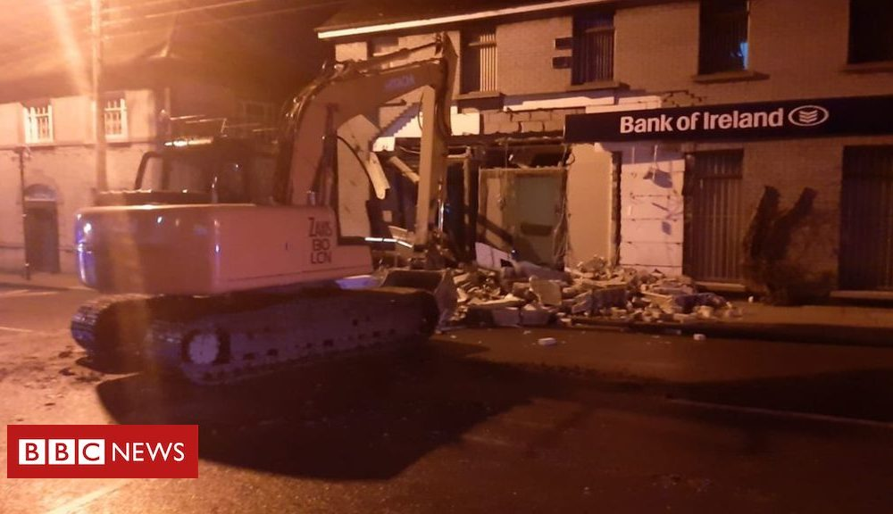 Northern Ireland Dunleer: ATM attempted theft suspects 'chased across border'